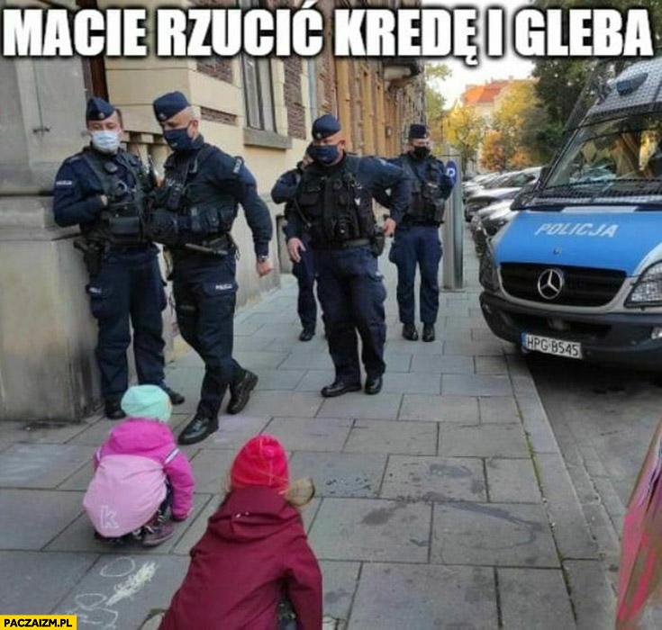 Policjanci do dzieci macie rzucić kredę i gleba