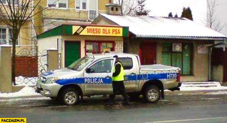 """Policjanci pod sklepem """"mięso dla psa"""""""