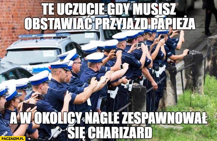 Policjanci z telefonami to uczucie gdy musisz obstawiać przyjazd papieża a w okolicy nagle pojawił się Charizard Pokemon GO