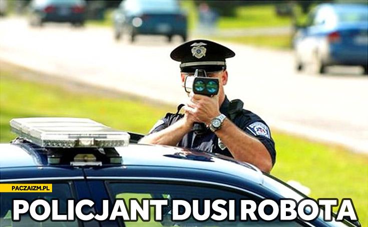 Policjant dusi robota małego niewinnego