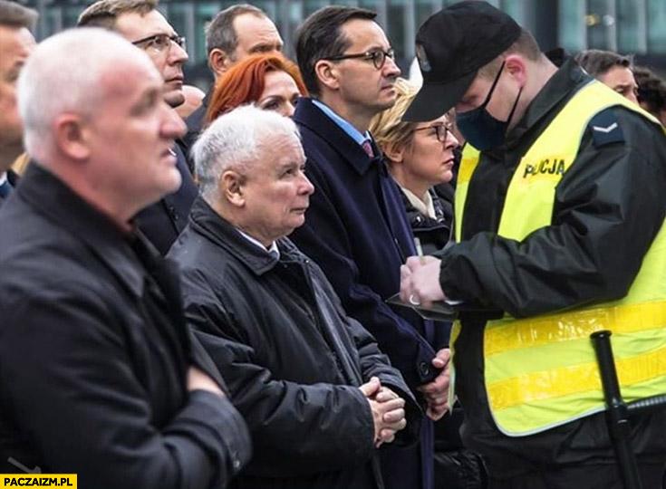 Policjant spisuje Kaczyńskiego na rocznicy smoleńska przeróbka photoshop