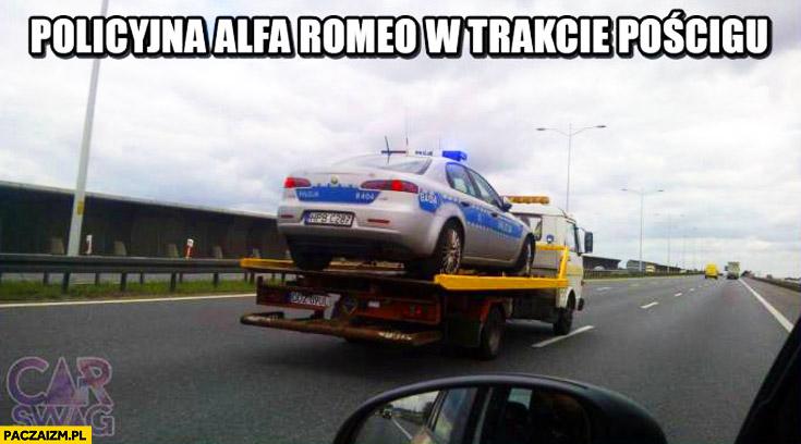 Policyjna Alfa Romeo w trakcie pościgu na lawecie