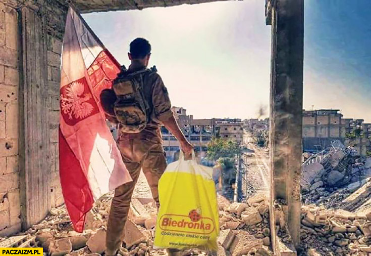 Polski żołnierz z flagą polski i torba reklamówka Biedronki w Syrii przeróbka