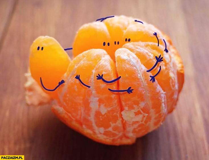Pomarańcz dorysowane ręce kawałki przytulają się
