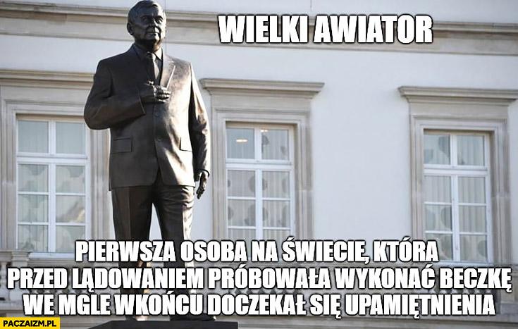 Pomnik Kaczyńskiego wielki awiator pierwsza osoba na świecie, która przed lądowaniem próbowała wykonać beczkę we mgle w końcu doczekał się upamiętnienia