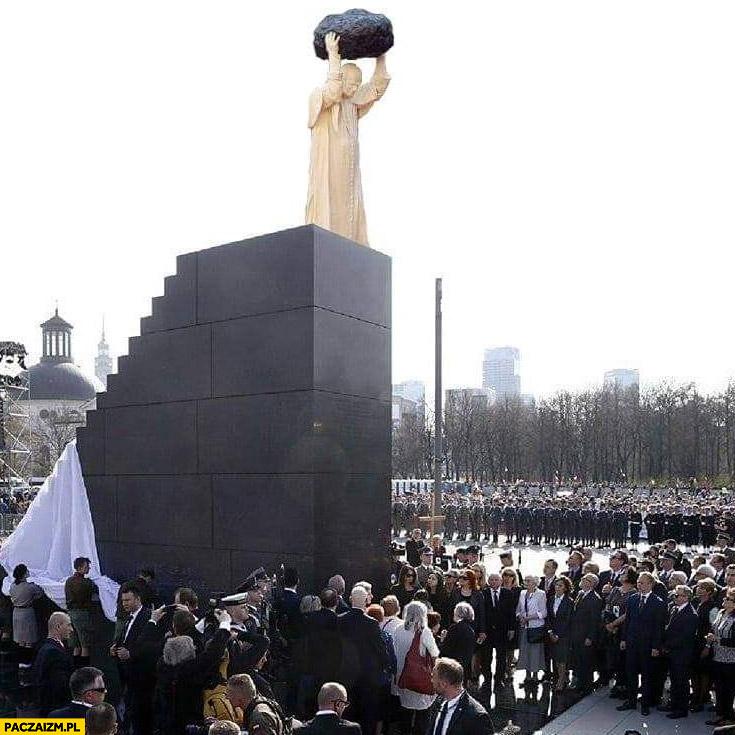 Pomnik Smoleński na szczycie papież z głazem kamieniem przeróbka