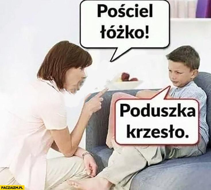 Pościel łóżko, poduszka krzesło dziecko odpowiada mamie
