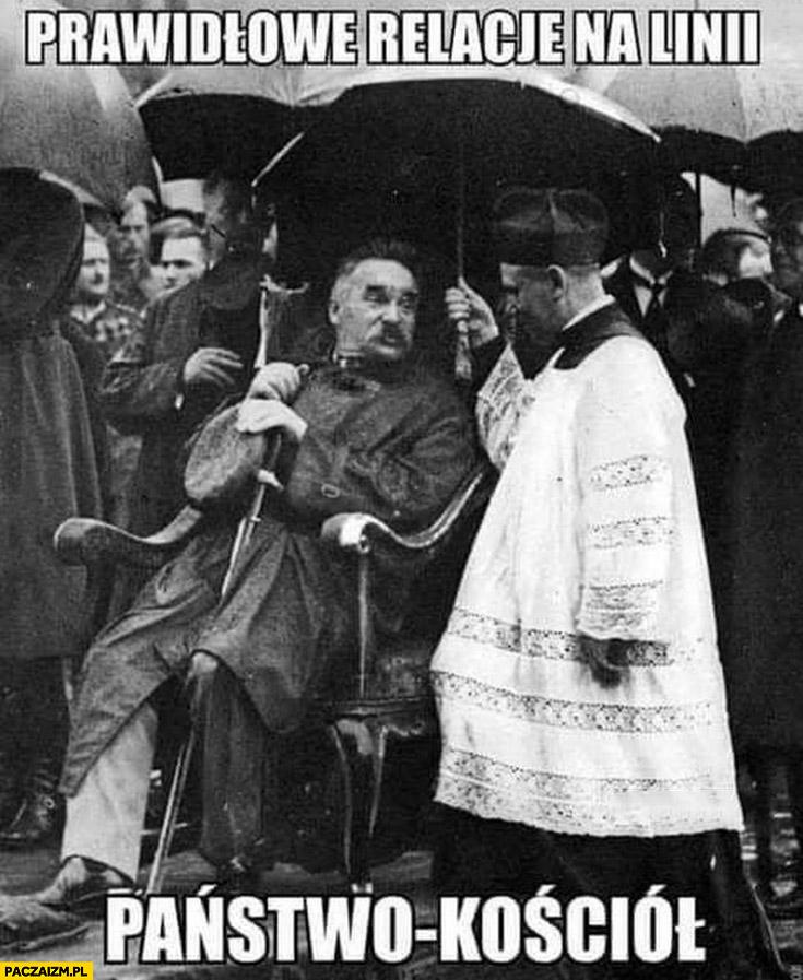 Prawidłowe relacje na linii państwo-kościół ksiądz trzyma parasol