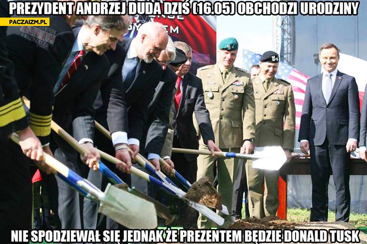 Prezydent Andrzej Duda obchodzi urodziny nie spodziewał się, że prezentem będzie Donald Tusk kopią łopaty