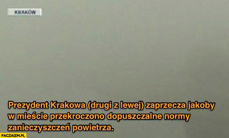 Prezydent Krakowa drugi z lewej zaprzecza że przekroczono normy zanieczyszczeń nic nie widać smog dym