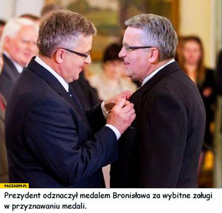 Prezydent odznaczył Bronisława Komorowskiego za zasługi w przyznawaniu medali