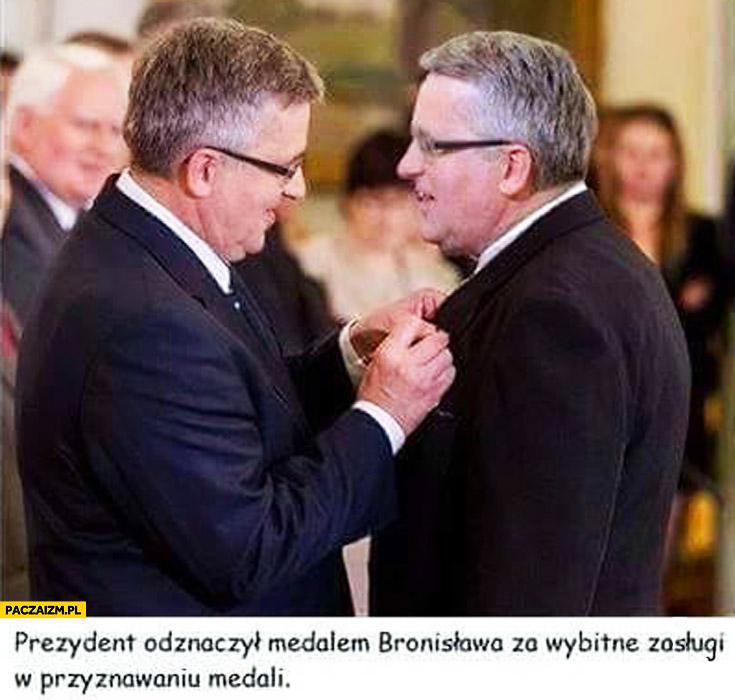 Prezydent odznaczył medalem Bronisława Komorowskiego za wybitne zasługi w przyznawaniu medali