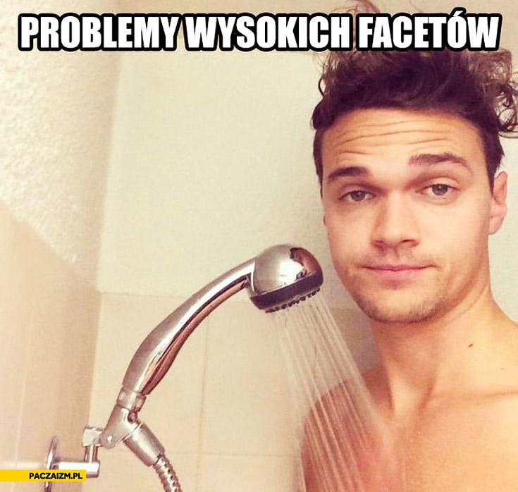 Problemy wysokich facetów prysznic