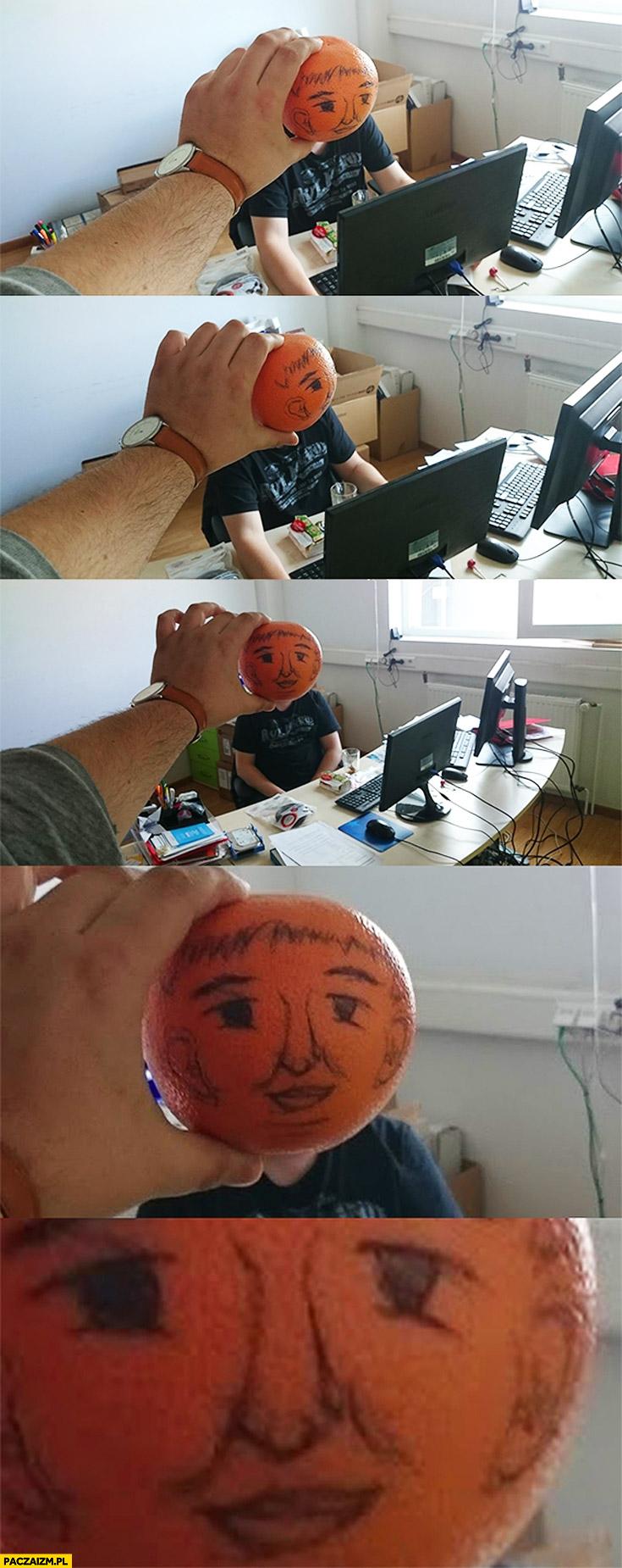 Programista głowa z pomarańczy