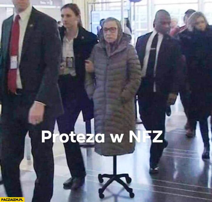 Proteza w NFZ babcia na krześle na kółkach