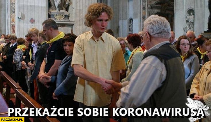 Przekażcie sobie koronawirusa znak pokoju na mszy świętej w kościele