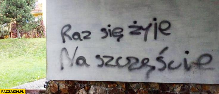 Raz się żyje na szczęście napis na murze