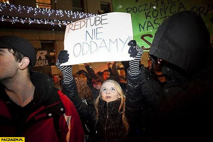 RedTube nie oddamy dziewczyna z napisem transparentem na proteście manifestacji