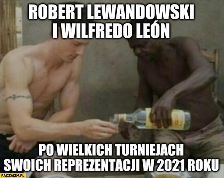 Robert Lewandowski i Wilfredo Leon po wielkich turniejach swoich reprezentacji w 2021 roku pija wódkę