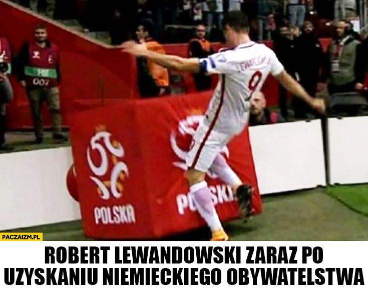 Robert Lewandowski kopie kostkę z logo Polski zaraz po uzyskaniu niemieckiego obywatelstwa