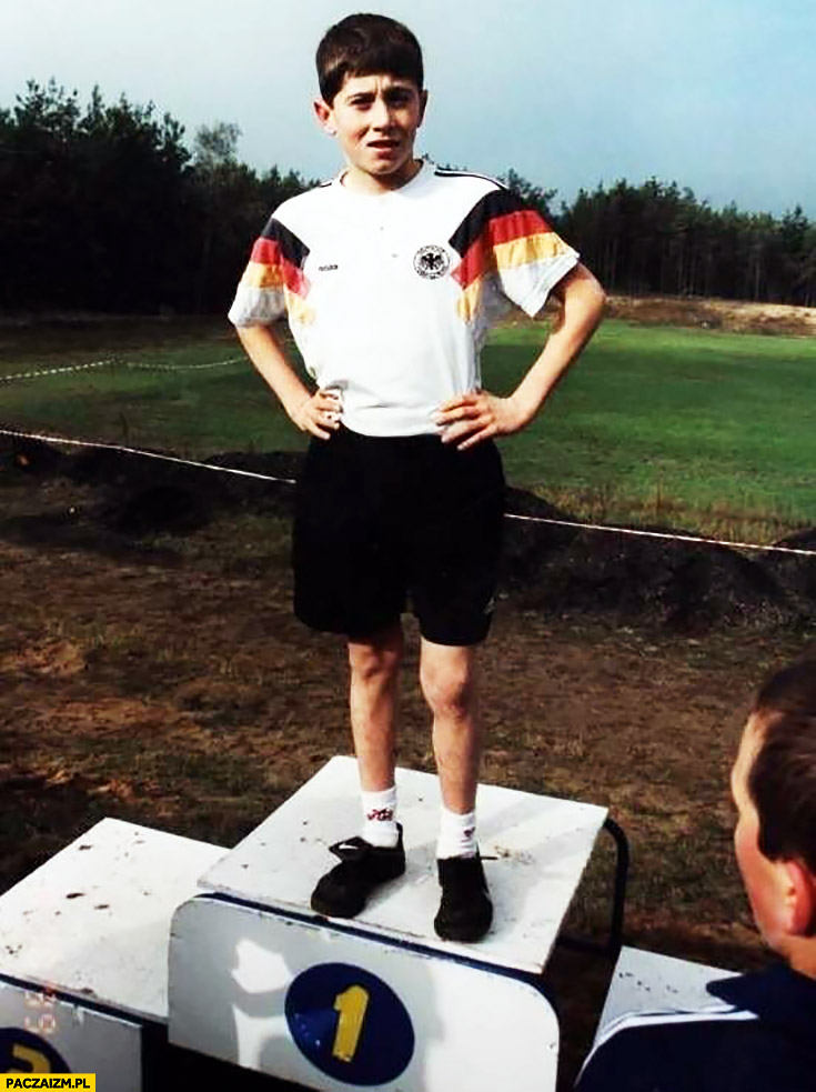 Robert Lewandowski na podium w koszulce Niemiec dzieciak dziecko