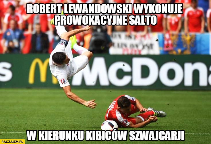 Robert Lewandowski wykonuje prowokacyjne salto w kierunku kibiców Szwajcarii