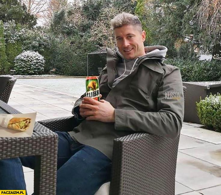 Robert Lewandowski z piwem Żubr Żubrem na kebabie