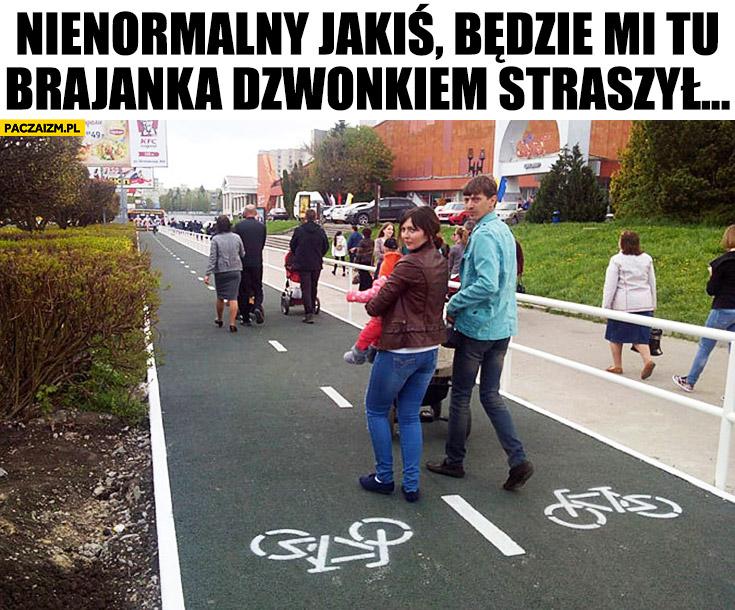 Rodzina na ścieżce rowerowej: No nienormalny jakiś, będzie mi tu Brajanka dzwonkiem straszył