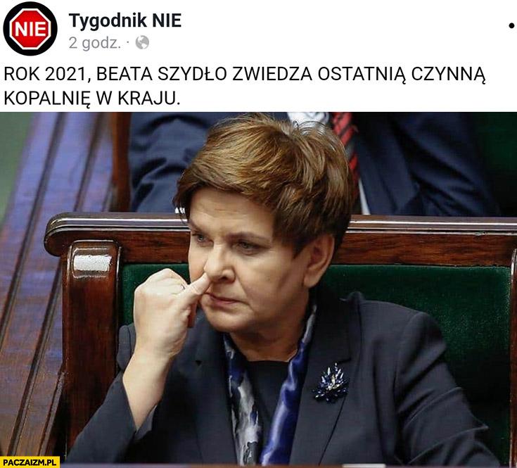 Rok 2021 Beata Szydło zwiedza ostatnią czynną kopalnię w kraju dłubie palcem w nosie