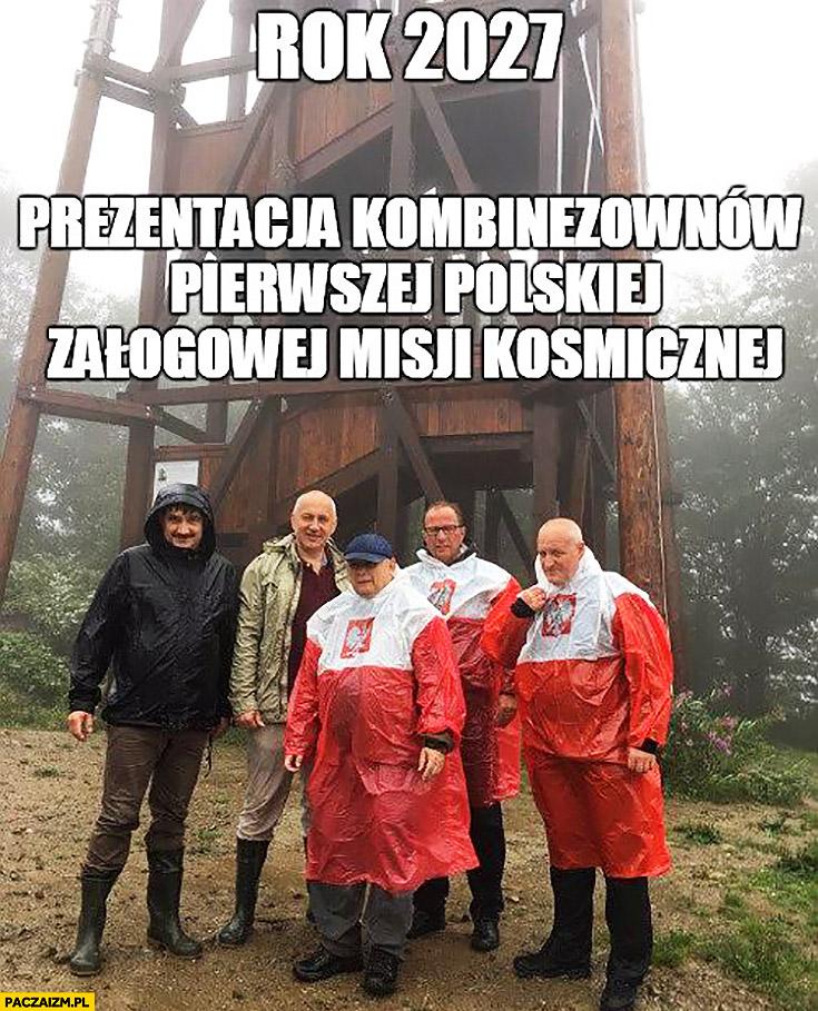 Rok 2027 prezentacja kombinezonów pierwszej polskiej załogowej misji kosmicznej. Kaczyński płaszcz kurtka peleryna przeciwdeszczowa flaga polski przeróbka