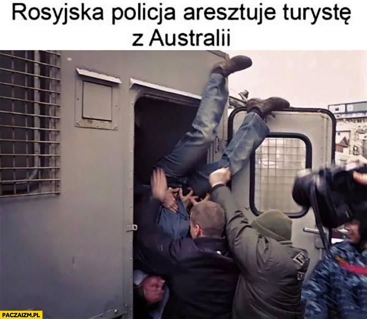 Rosyjska policja aresztuje turystę z Australii do góry nogami