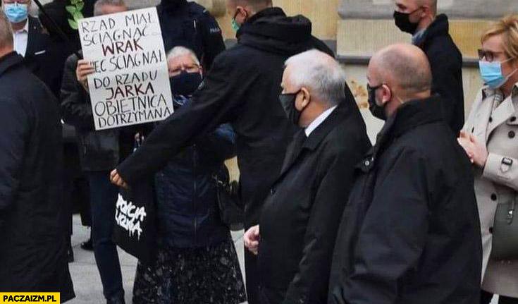 Rząd miał ściągnąć wrak wiec ściągnął Jarka Kaczyńskiego do rządu, obietnica dotrzymana baba z napisem transparentem