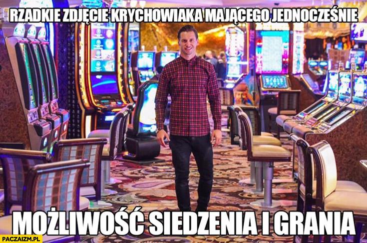 Rzadkie zdjęcie Krychowiaka mającego jednocześnie możliwość siedzenia i grania w kasynie