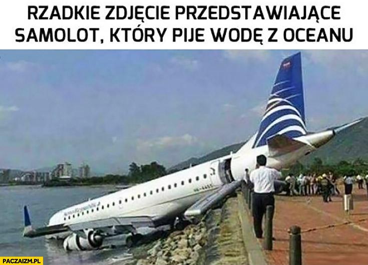 Rzadkie zdjęcie przedstawiające samolot który pije wodę z oceanu