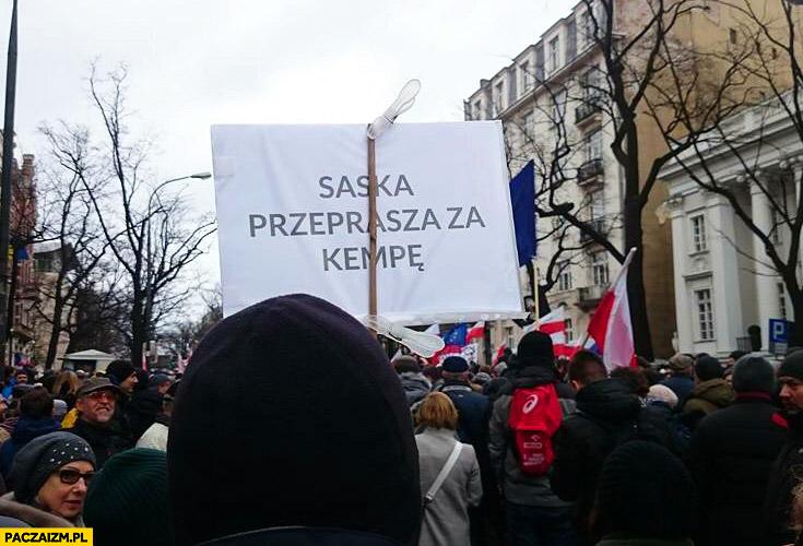 Saska przeprasza za Kempę demonstracja KOD transparent