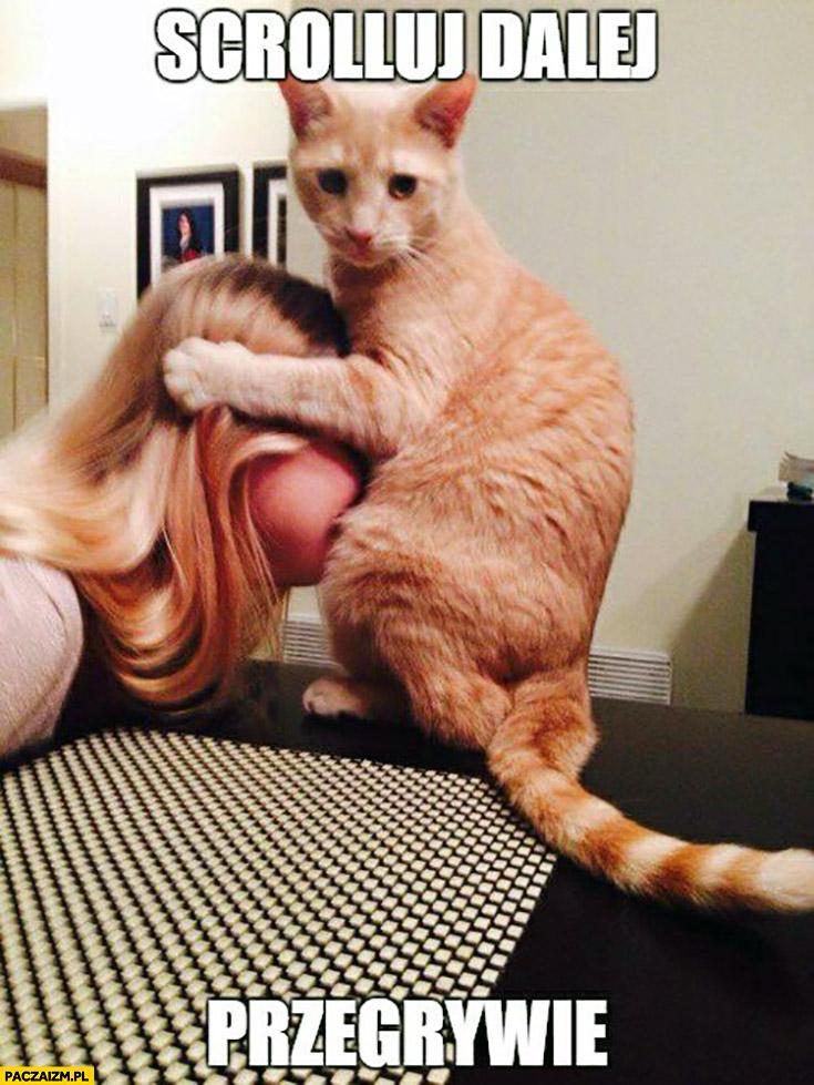 Scrolluj dalej przegrywie kot zabawia się z dziewczyną