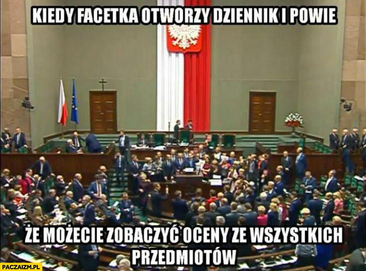 Sejm kiedy facetka otworzy dziennik i powie, że możecie zobaczyć oceny ze wszystkich przedmiotów tłok na mównicy