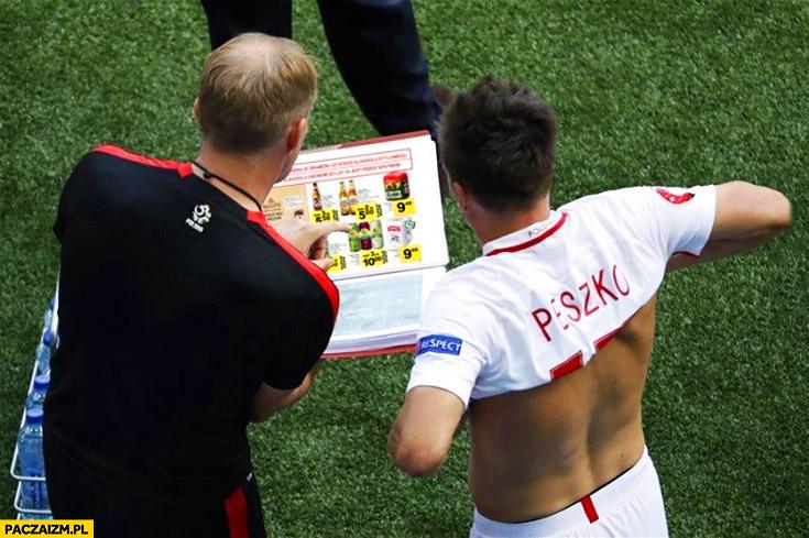 Selekcjoner Peszko wybierają piwo z katalogu podczas meczu