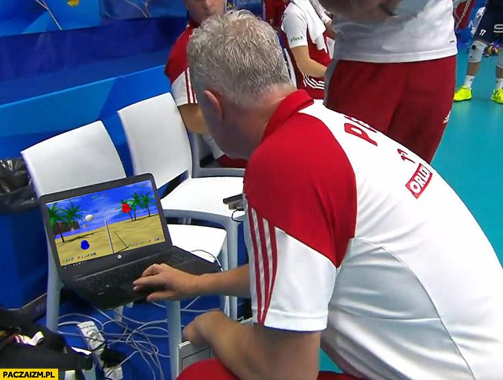 Siatkówka mecz trener gra w grę na laptopie przeróbka
