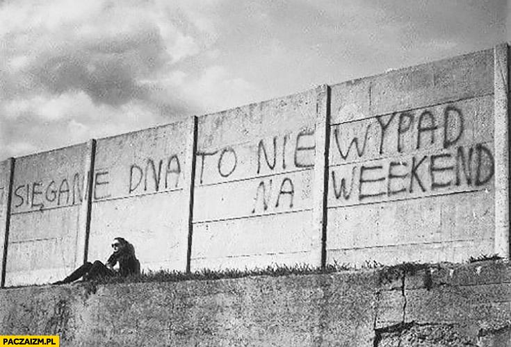 Sięganie dna to nie wypad na weekend napis na murze