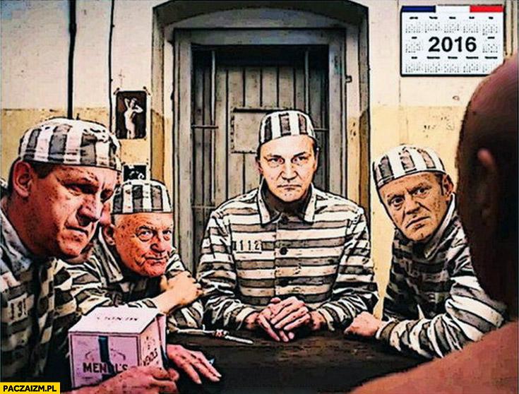 Sikorski Tusk Miller w więziennych strojach pasiakach