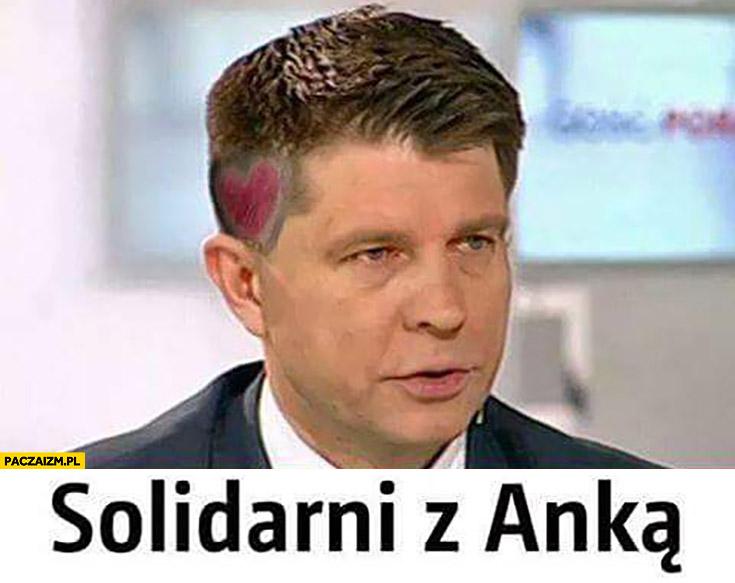 Solidarni z Anną Zawadzką Petru z serduszkiem na głowie
