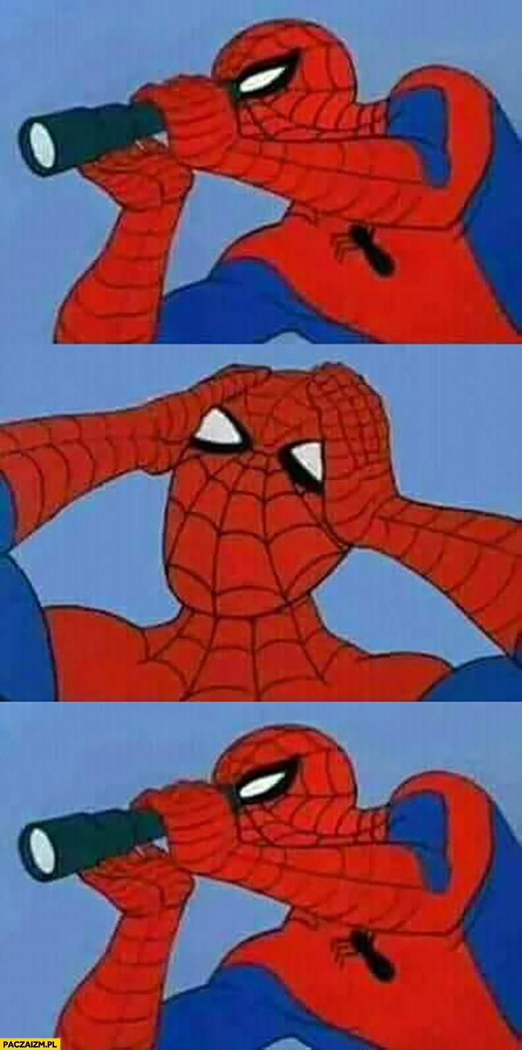 Spiderman patrzy przez lornetkę łapie się za głowę, patrzy znowu
