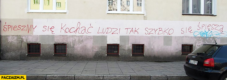 Śpieszmy się kochać ludzi tak szybko się spiesza napis na murze