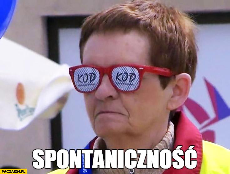 Spontaniczność smutna pani w okularach KOD