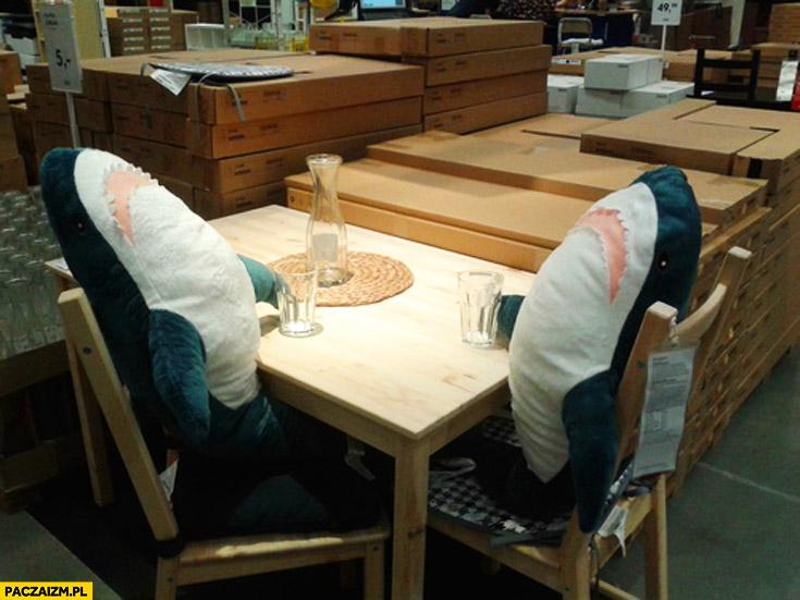 Spotkanie biznesowe w IKEI dwa rekiny pluszaki przy stole