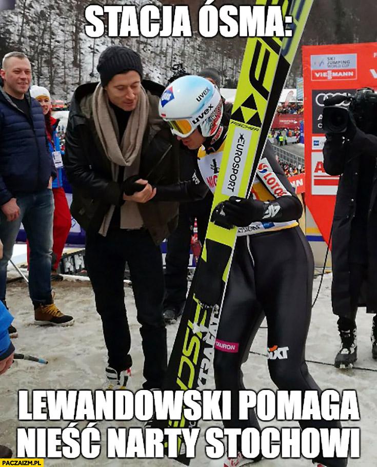 Stacja ósma Robert Lewandowski pomaga nieść narty Stochowi skoki narciarskie