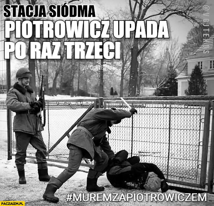 Stacja siódma: Piotrowicz upada po raz trzeci. Milicjanci pałują