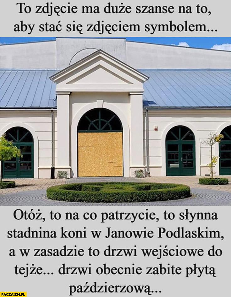 Stadnina w Janowie Podlaskim drzwi wejściowe zabite płytą paździerzową zdjęcie symbol