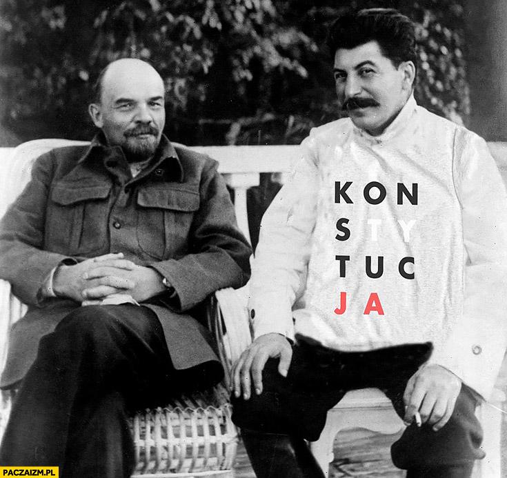 Stalin w koszulce konstytucja siedzi z Leninem